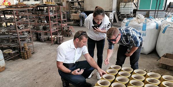 El Sr. Alex de Hawle Alemania viene a visitarnos, está revisando nuestro proceso de arena de resina.