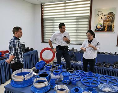 El Sr. Alex de Hawle-Alemania vino a visitarnos, inspeccionó todos los procesos de nuestra producción y nos felicitó.